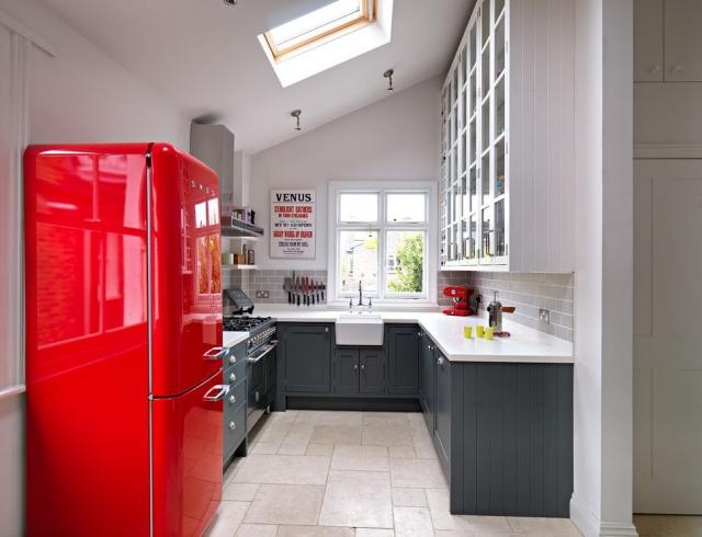 Красный холодильник в современном интерьере-фото