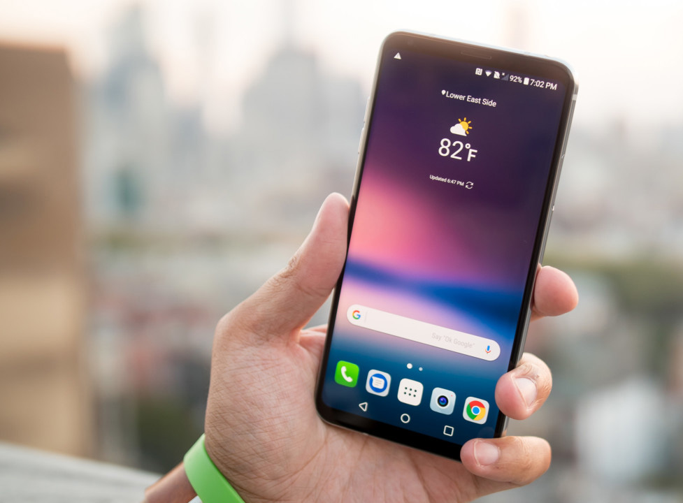 LG V30-гаджет в руках
