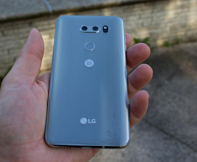 LG V30-смартфон в ладони удобный хват