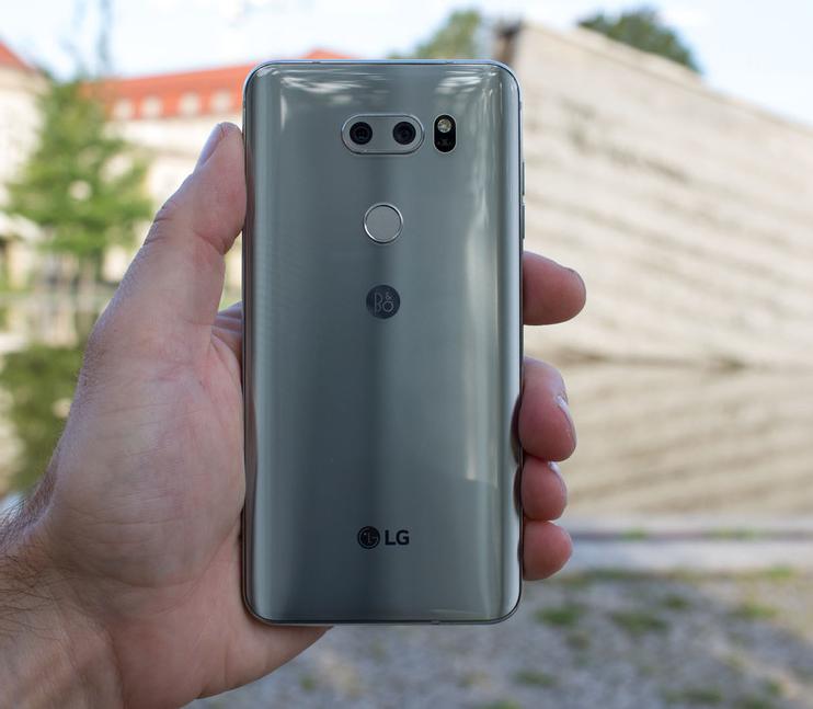 LG V30-смартфон в руках задняя панель и удобный хват