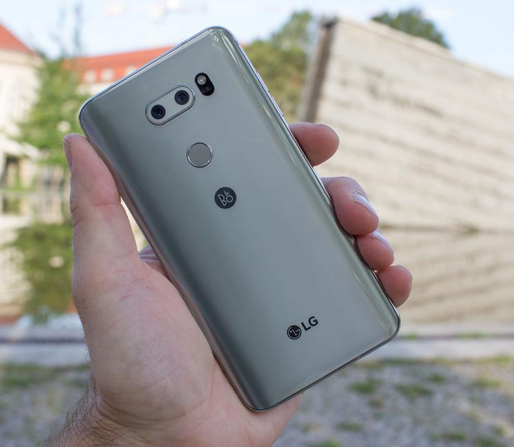 LG V30-смартфон в руках задняя панель