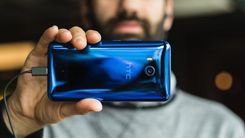 Обзор HTC U11 - человек со смартфоном