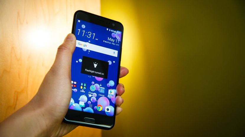 Обзор HTC U11 - смартфон в руке