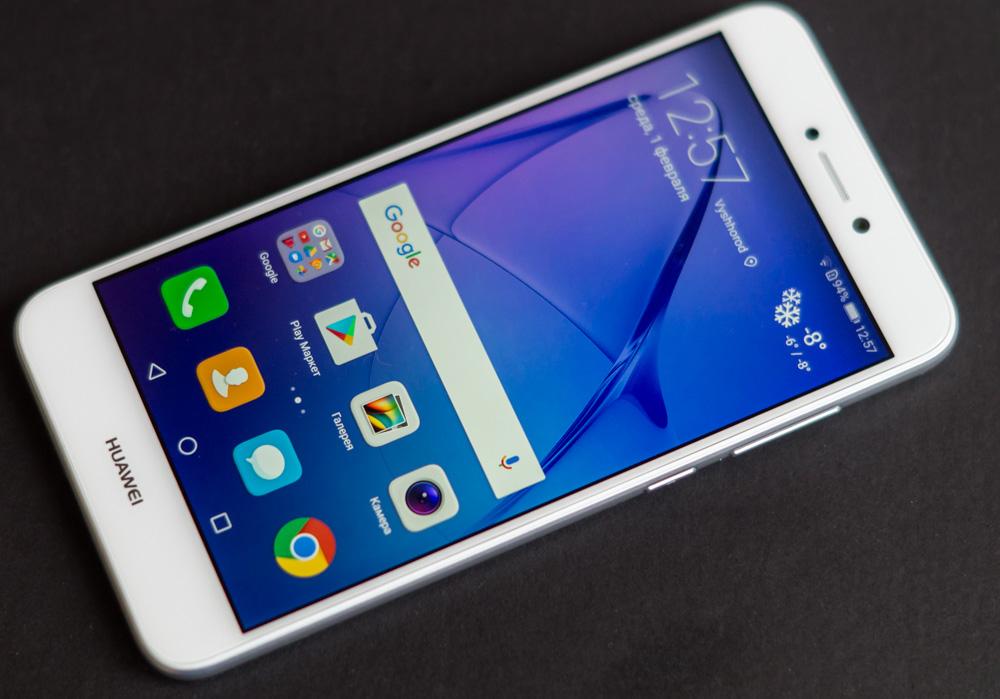 Обзор Huawei P8 Lite 2017 - смартфон белого цвета