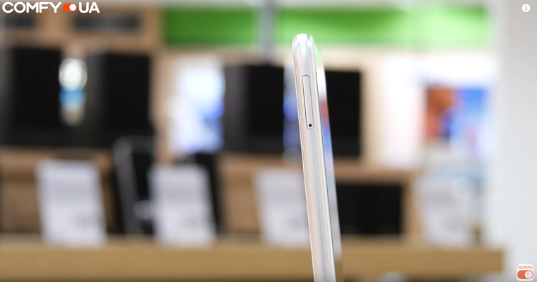 Обзор Huawei P8 Lite 2017 - смартфон сбоку