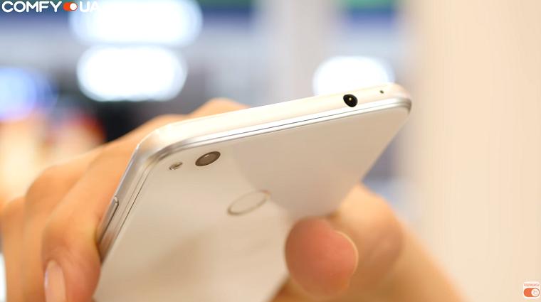 Обзор Huawei P8 Lite 2017 - смартфон в руке
