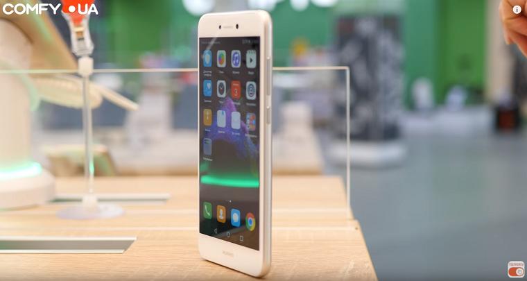 Обзор Huawei P8 Lite 2017 - смартфон золотого цвета