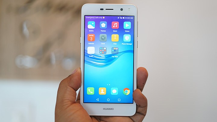 Обзор Huawei Y5 2017 - смартфон в руке