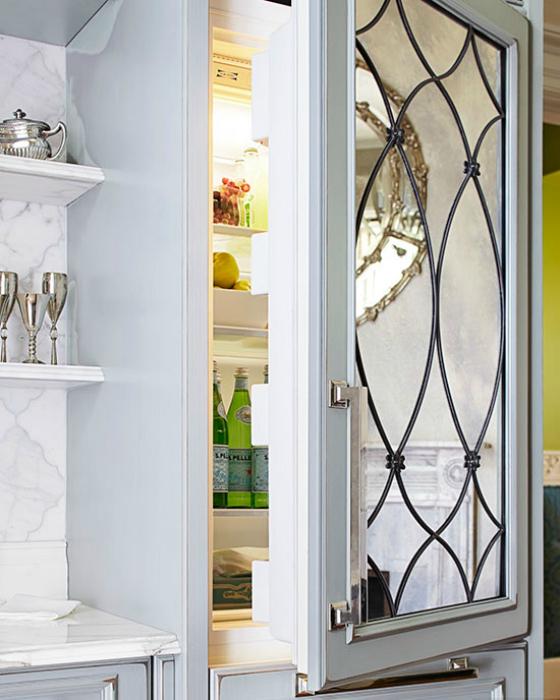 Оригинальный декор холодильника-зеркалом