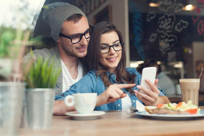 Папка «Фото», Сюрприз! Смартфон на подарок, который понравится каждому – счастливые со смартфоном.