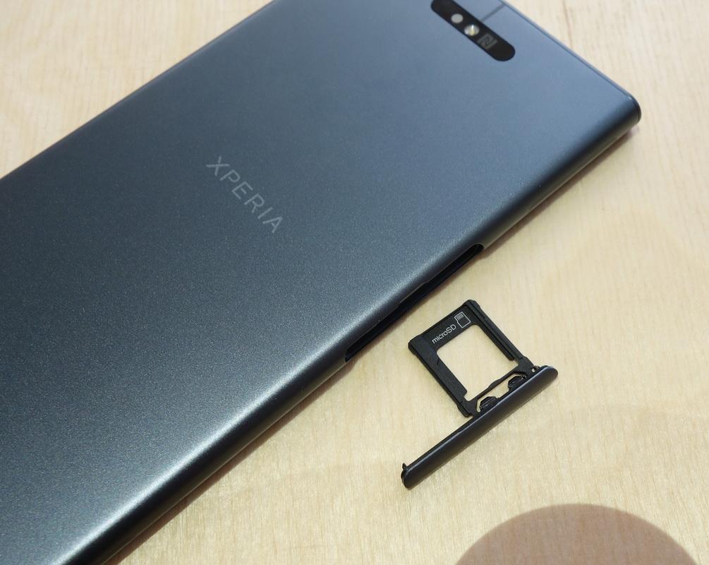 Sony Xperia XZ1-гибридный слот