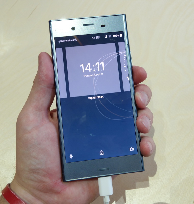 Sony Xperia XZ1-смартфон в руке