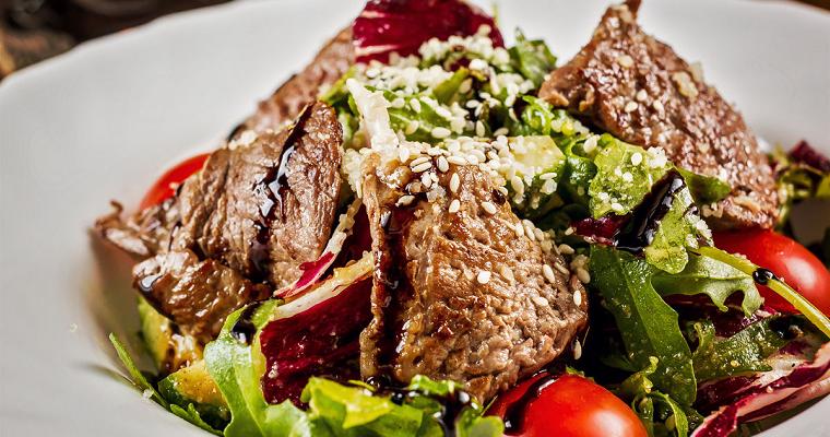 Теплый мясной салат с огурцами