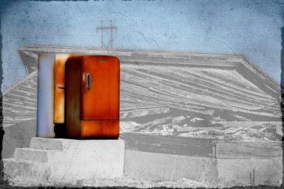 Старий зламаний холодильник