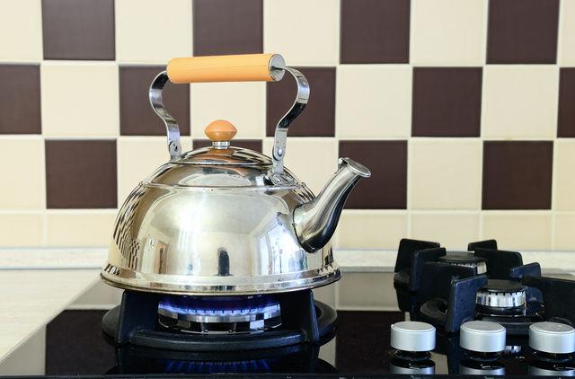 Чем быстро и безопасно очистить газовую плиту - чайник на плите