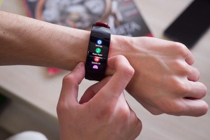 Обзор влагозащищенного фитнес-браслета Samsung Gear Fit 2 Pro – интерфейс и приложения