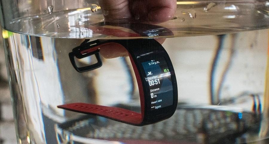 Обзор влагозащищенного фитнес-браслета Samsung Gear Fit 2 Pro - влагозащищенность