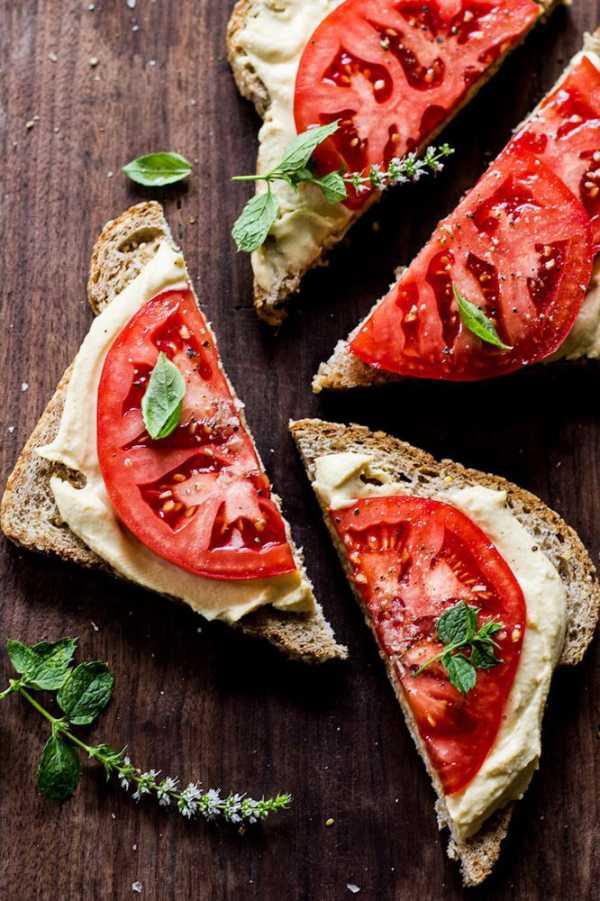 Бутерброд-с хумусом и помидором