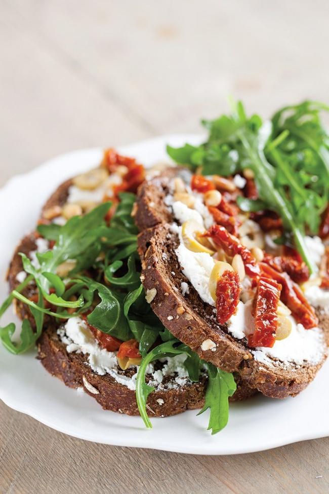 Бутерброд с рикоттой и вялеными томатами-подача