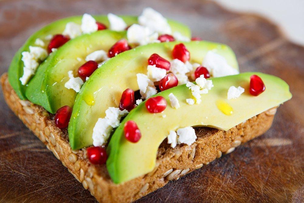 Бутерброд с цельнозерновым хлебом-с авокадо и зернами граната