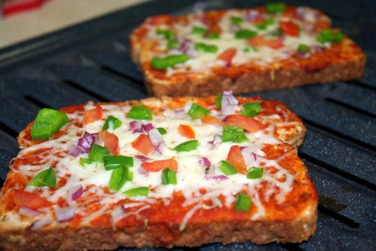 Быстрая пицца на черством хлебе-подача
