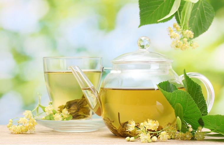 Малиновий чай з квітками липи.
