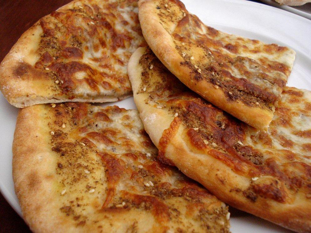 Manakish-лепешки со специями, сыром и помидорами