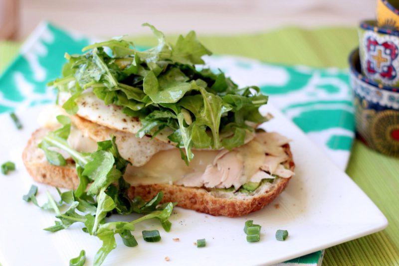 Низкокалорийный тост с индейкой и зеленью-подача
