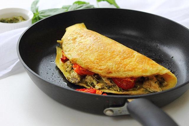 Омлет с курицей и помидорами-фото