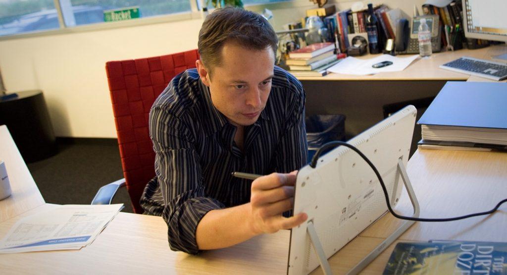 Папка «Фото»_ 10 самых интересных проектов Илона Маска – Илон Маск на работе.