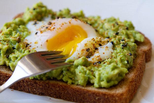 Питательный тост-с авокадо и отварным яйцом