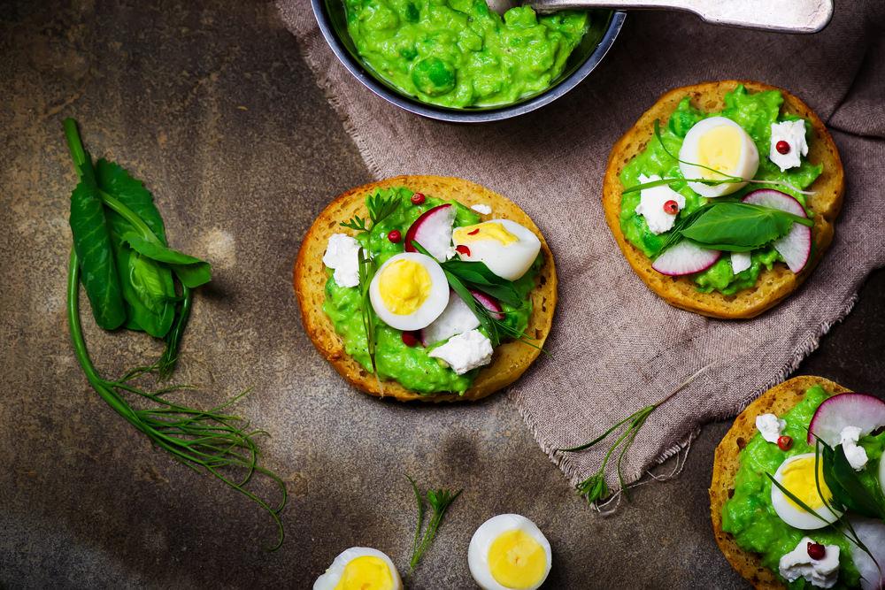 Полезные бутерброды с яйцами-на круглом хлебе
