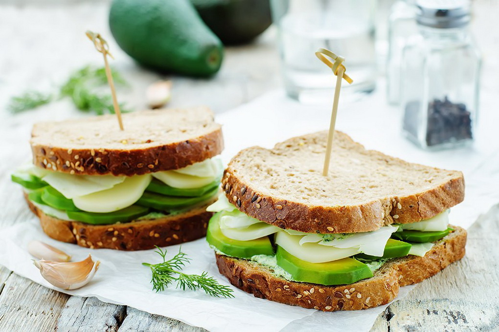 Сэндвич с авокадо-фото