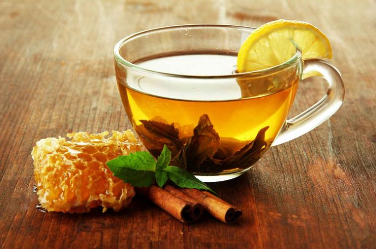 Теплий чай з медом і лимоном.
