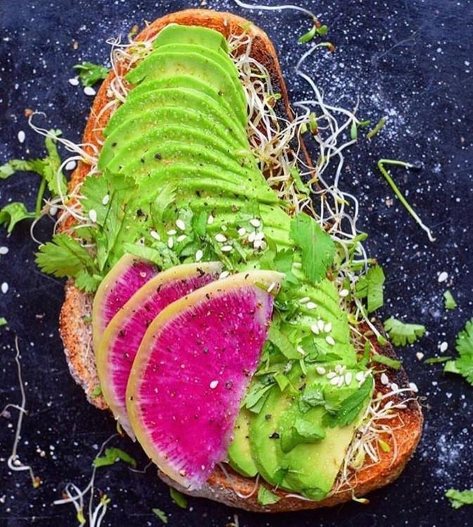 Тост с авокадо и дайкон-подача