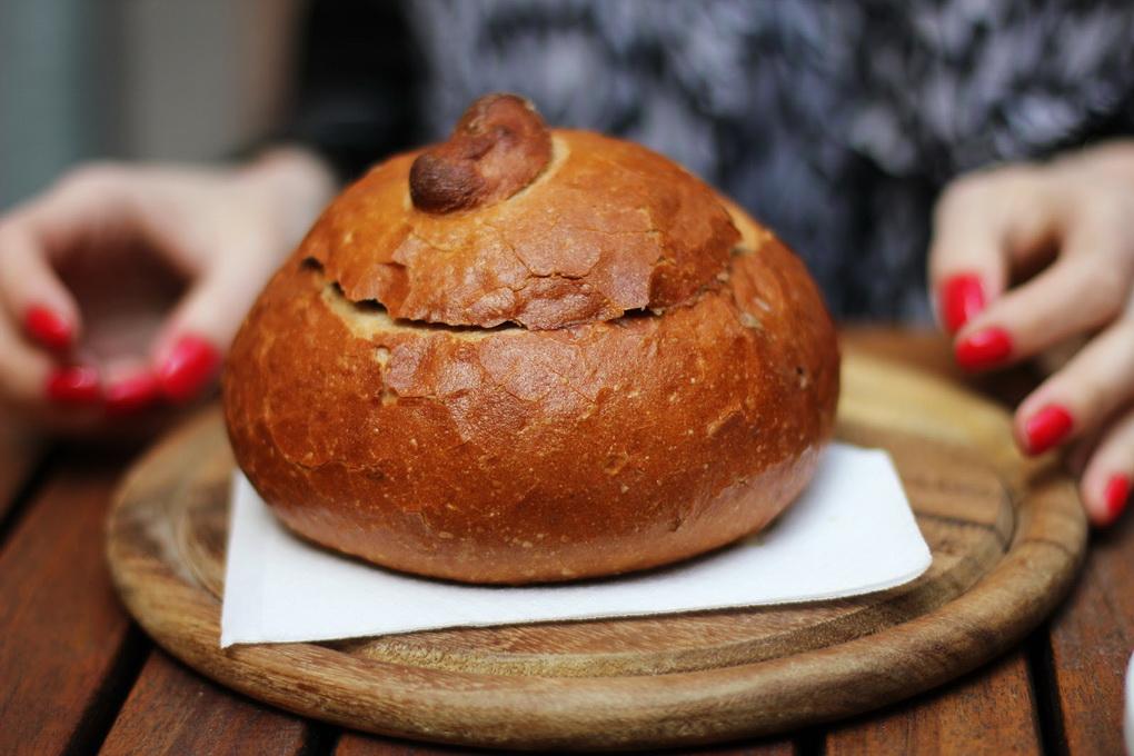 Традиционный мясной суп в хлебе-оригинальная подача