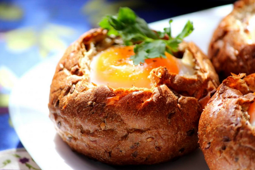 Яичница в булке-подача блюда