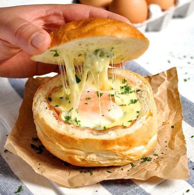 Яичница в хлебе-простой рецепт