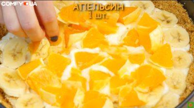 Половина торта с фруктами в емкости для запекания