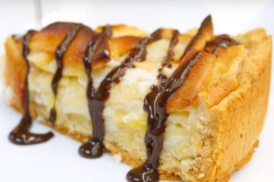 Кусочек яблочного пирога, украшенный шоколадом