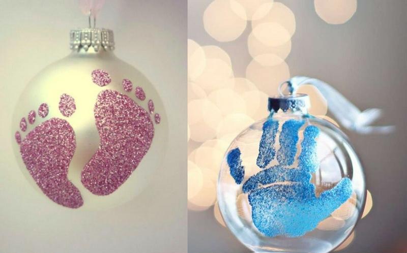 Декор новогоднего шара-отпечатки детских пяточек и ладошек
