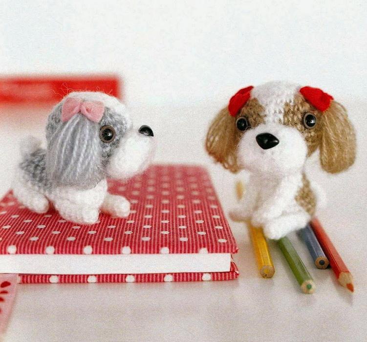 Крошечные вязаные собаки-символ года