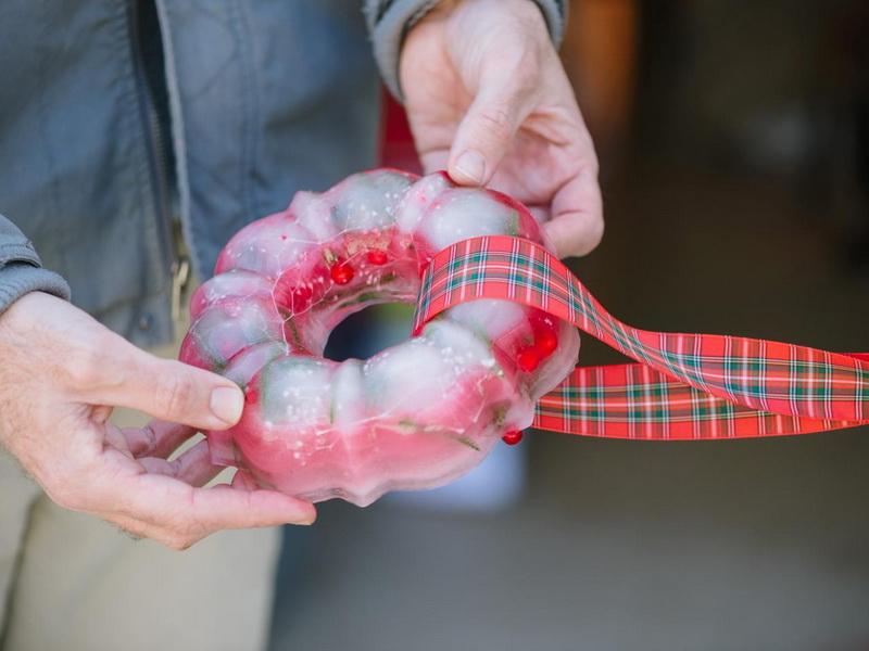 Ледяное кольцо-украшение уличной елки