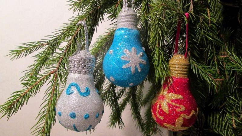 Новогодние игрушки своими руками-из старых лампочек фото 1