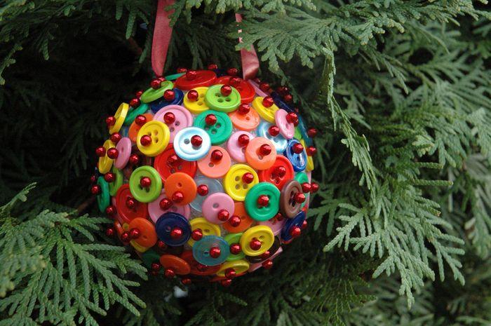 Новогодние шары своими руками-идеи из пуговиц