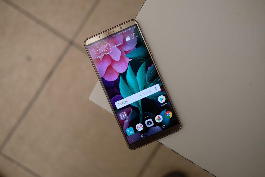 Обзор Huaawei Mate 10 Pro - смартфон на полу