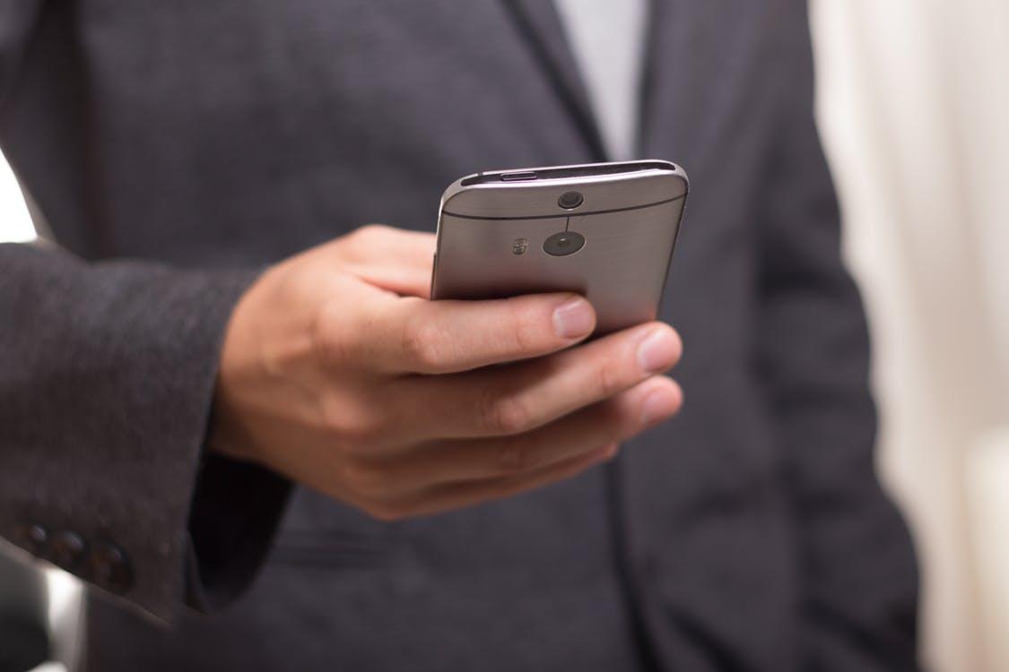 Смартфоны 2017_лучшие технологии года - смартфон в руке у мужчины
