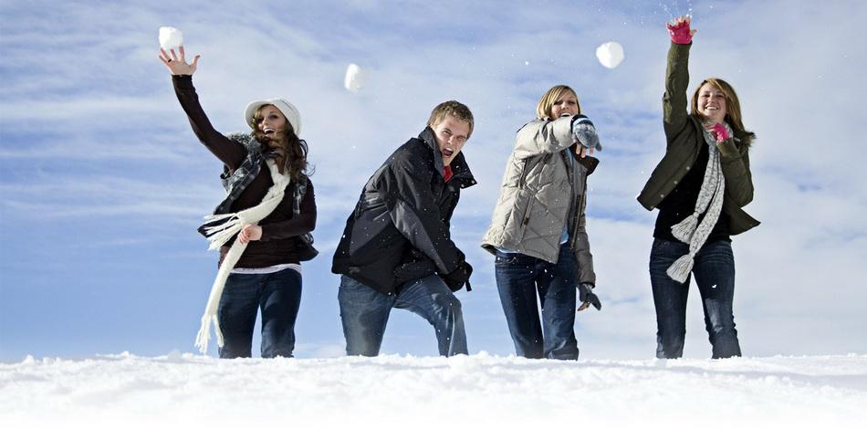 Снежки-веселый досуг