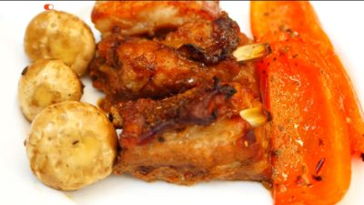 Готові свинячі реберця в медово-соєвому соусі з овочами