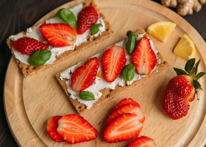 Бутерброды с клубникой-фото